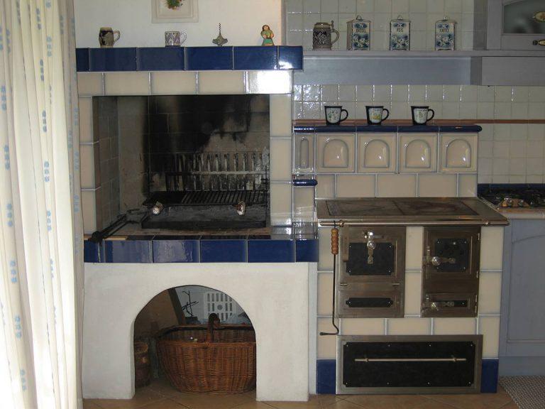 Stufa cucina blu stufa in maiolica particolare cucina 001