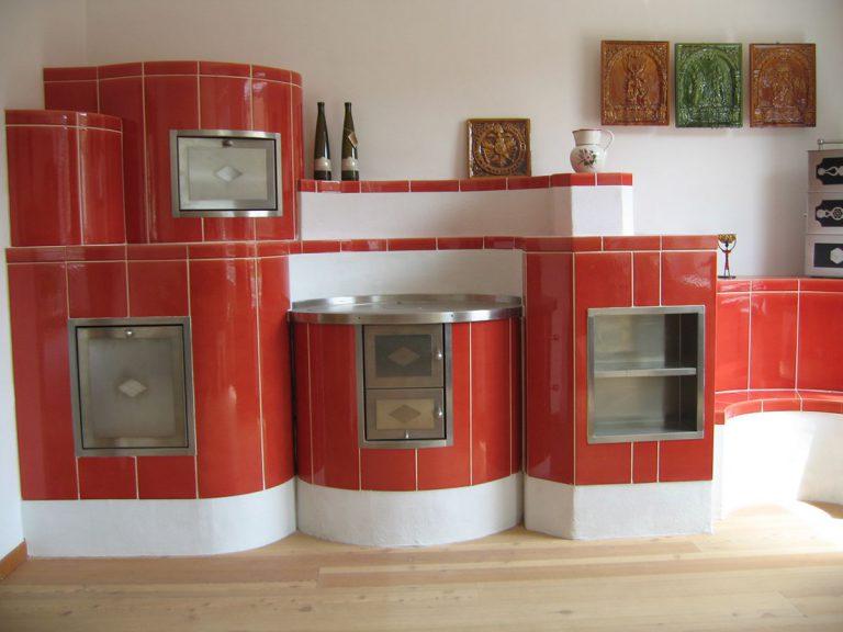 Stufa cucina rossa stufa in maiolica particolare cucina 001