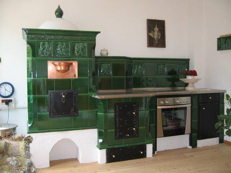 Verde stufa in maiolica particolare cucina 001