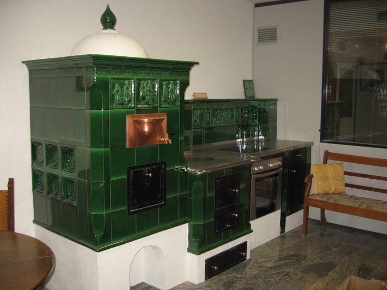 Verde stufa in maiolica particolare cucina 002